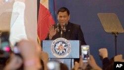 로드리고 두테르테 필리핀 대통령이 19일 중국 베이징 시내에서 열린 교민 간담회에서 발언하고 있다.