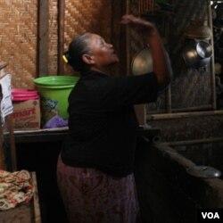 Yoto, yang dulu memiliki dua rumah besar, kini harus tinggal di tempat penampungan darurat pengungsi Merapi karena seluruh rumahnya terkubur oleh abu vulkanik.