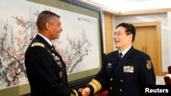 时任美国陆军太平洋部队司令的布鲁克斯上将2015年会见中国军队副参谋长孙建国(路透社)