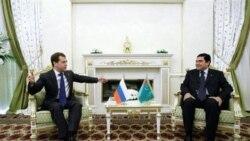 راست: دمیتری مدودف، رییس جمهوری روسیه، و قربانقلی بردیموخامدوف، رییس جمهوری ترکمنستان در شهر ترکمن باشی