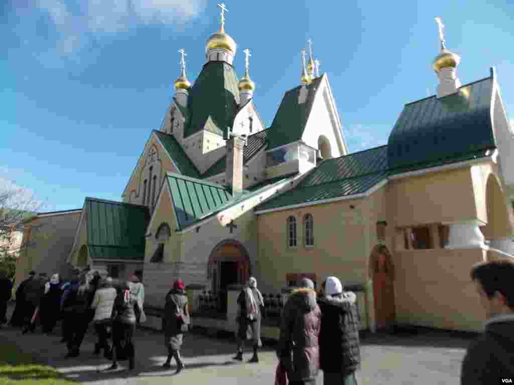 Паломники возле Свято-Троицкой церкви