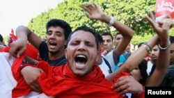 Protesters shout slogans during a demonstration to call for the departure of the Islamist-led ruling coalition in Avenue Habib-Bourguiba in central Tunis, Oct. 23, 2013.