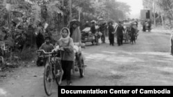 Cambodians pulled carts of their belongings back to their home villages after the fall of the Democratic Kampuchea regime, in January 1979. (Courtesy of Documentation Center of Cambodia Archives)
