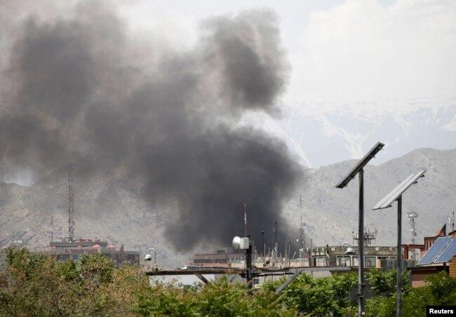 کابل میں بم دھماکے کے بعد دھواں اٹھ رہا ہے۔ فائل فوٹو