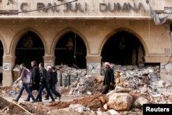 شامی حکومت کے زیرِ انتظام حلب کے علاقے میں باغیوں کی بمباری سے تباہ ہونے والے ایک ہوٹل کی عمارت