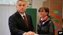 Премьер-министр Венгрии Виктор Орбан с супругой голосует на референдуме о квотах ЕС на прием мигрантов. Будапешт, Венгрия. 2 октября 2016 г.