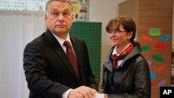 匈牙利总理欧尔班投票,他的夫人在身旁(2016年10月2日)