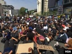 Perempuan menempati persimpangan jalan yang sibuk di Sandton, Johannesburg selama protes menentang kekerasan berbasis gender. (Foto: VOA / T. Khumalo)