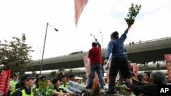 香港示威者高举茉莉花枝叶遭警方阻挡