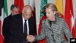 La secretaria de Estado, Hillary Rodham Clinton, (derecha), da la bienvenida a Nabil Elaraby (izquierda), jefe de la Liga Árabe, que acoge una reunión de amigos de Siria en grupo Viernes, 28 de septiembre 2012 en Nueva York.