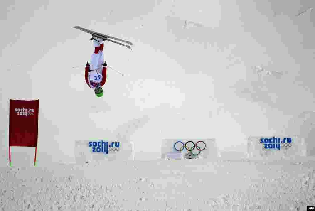 Atlet China Ning Qin dalam babak kualifikasi ski gaya bebas di Rosa Khutor Extreme Park, Sochi (6/2). (AFP/Javier Soriano)