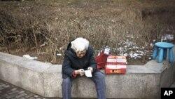 一位老婦北京購物後查看收據