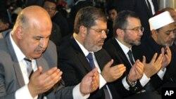 ທ່ານ Mahmoud Mekky (ຊ້າຍສຸດ) ຮອງປະທານາທິບໍດີອີຈິບ ທີ່ໄດ້ປະກາດລາອອກຈາກຕໍາແໜ່ງ ລຸນຫລັງທີ່ໄດ້ຫລິ້ນບົດບາດສໍາຄັນ ໃນການເຈລະຈາສ້າງຄວາມປອງດອງຊາດ (AP Photo/Egyptian Presidency)