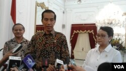 Presiden Joko Widodo bersama Menteri Luar Negeri Retno Marsudi dan Duta Besar RI untuk Brazil, Toto Riyanto, di Istana Negara, Jakarta (24/2). (VOA/Iris Gera)