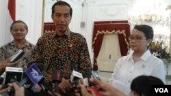 Presiden Joko Widodo bersama Menlu Retno Marsudi di Istana Negara, Jakarta (foto: dok). Migrant Care mendesak Jokowi menghentikan eksekusi terhadap buruh migran Indonesia.