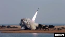 Foto yang dirilis oleh kantor berita Korea Utara (KCNA) di Pyongyang ini menayangkan gambar uji coba peluncuran roket tanggal 4 Maret 2016 yang lalu (Foto: dok).