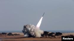 Foto de archivo de lanzamiento de sistema de cohetes múltiple de Corea del Norte, en prueba realizada en fecha no determinada. Imagen proporcionada por Corea del Norte.
