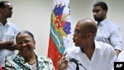 海地前第一夫人曼尼加特 (左)和候选人迈尔泰利 (右)