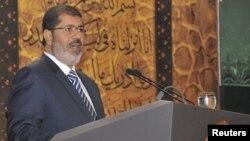 En su comparecencia televisiva el pasado domingo 12 de agosto, Morsi aclaró que la pérdida de poder del ejército no viene motivada por antagonismos personales, sino por beneficiar al pueblo egipcio.