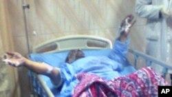 埃及48岁的餐馆老板哈马达自焚后被送往医院急救
