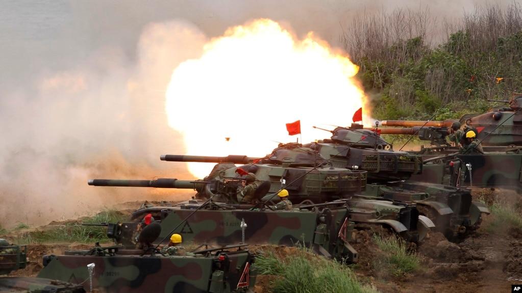 美式M60A3型坦克在台湾澎湖岛举行的汉光军演中向目标开火。(2017年5月25日)