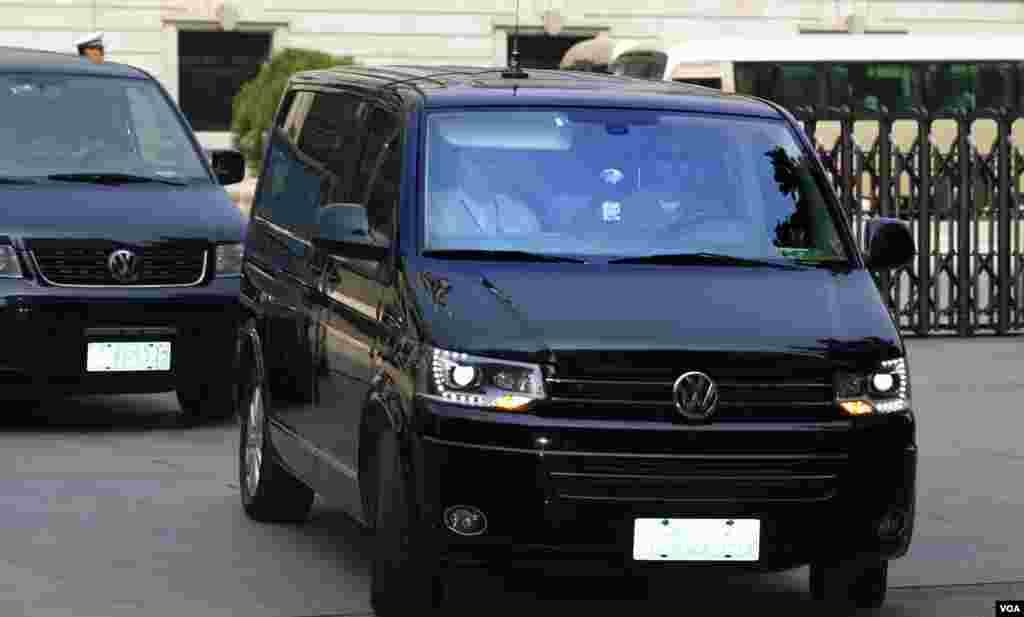 8月26日在薄熙来案审判结束后,一辆被认为是载着薄熙来的小型面包车驶离济南中级法院。