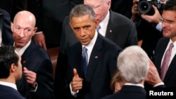 Predsednik Obama se pozdravlja sa državnim sekretarom Džonom Kerijem po završetku govora o stanju unije.