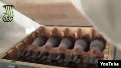 Gambar yang diambil dari video yang diunggah di YouTube oleh aktivis Suriah ini menunjukkan sebagian senjata yang berhasil mereka sita dari gudang senjata pemerintah Suriah di kota Khan Toman (17/3).