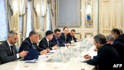Presiden Ukraina Volodymyr Zelensky (ketiga dari kiri) dalam pertemuan dengan delegasi Iran dipimpin oleh Menteri Pembangunan Jalan dan Perkotaan Iran Mohammad Eslami di Kyiv untuk membahas insiden penembakan pesawat komersial Ukraina, 20 Januari 2020.