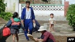 Nhiều người Bắc Triều Tiên đang nhặt nhạnh rau cỏ dại vì tình hình thiếu hụt lương thực tràn lan