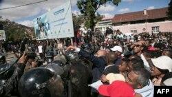 Des partisans de l'opposition lors d'une manifestation interdite à Antananarivo, Madagascar, le 8 juillet 2017.
