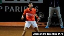 Novak Đoković slavi osvajanje drugog seta u duelu sa Huanom Martinom del Potrom u četvrtfinalu Mastersa u Rimu (Foto AP/Alessandra Tarantino)