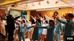 탈북 청소년들과 한국의 청소년들이 함께 하는 '코리아 청소년합창단'이 공연을 준비하고 있다.