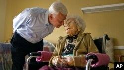 Besse Cooper, quien hasta ayer era la persona más anciana del mundo, junto a su dijo Sid, de 77, en el hogar de ancianos donde vivía.