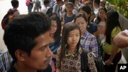 Công dân Myanmar xếp hàng chờ bỏ phiếu sớm bên ngoài Đại sứ quán Myanmar tại Singapore, ngày 18/10/2015.