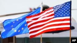Zastave Sjedinjenih Država i Evropske unije.