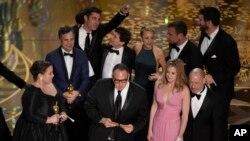 """Para pemain dan awak film """"Spotlight"""" menerima penghargaan sebagai film terbaik di ajang Oscar 2016 (Foto: Chris Pizzello/ AP)"""