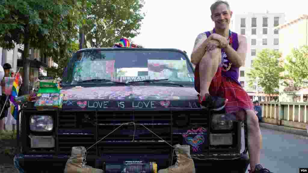 """Francovitch posa con su Chevy Blazer K5. """"Amor es amor"""" dice al frente del auto."""