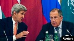 جان کری وزیر خارجه ایالات متحده (چپ) و سرگئی لاوروف وزیر خارجه روسیه در نشست بین المللی حل بحران سوریه در وین - ۸ آبان ۱۳۹۴