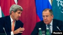 Ngoại trưởng Hoa Kỳ John Kerry (trái) nói chuyện với Ngoại trưởng Nga Sergey Lavrov trước cuộc họp ở Vienna, Áo, 30/10/2015.