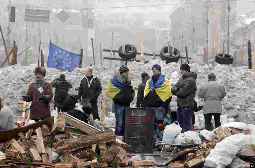 Kiyevin mərkəzi Krişatik küçəsində etirazçılar qızınmağa çalışır