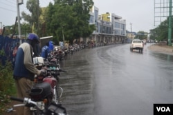 Motorbikes line up for hours to buy fuel from a petrol station in Juba, South Sudan, May 10, 2016. South Sudan faces a severe fuel shortage. (J. Patinkin/VOA)