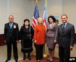 Klinton xonim Toshkentda fuqaro jamiyati a'zolari bilan