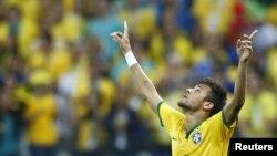 Neymar mừng bàn thắng vào lưới Croatia trên sân Corinthians, Sao Paulo, ngày 12 tháng 6 tại World Cup 2014.