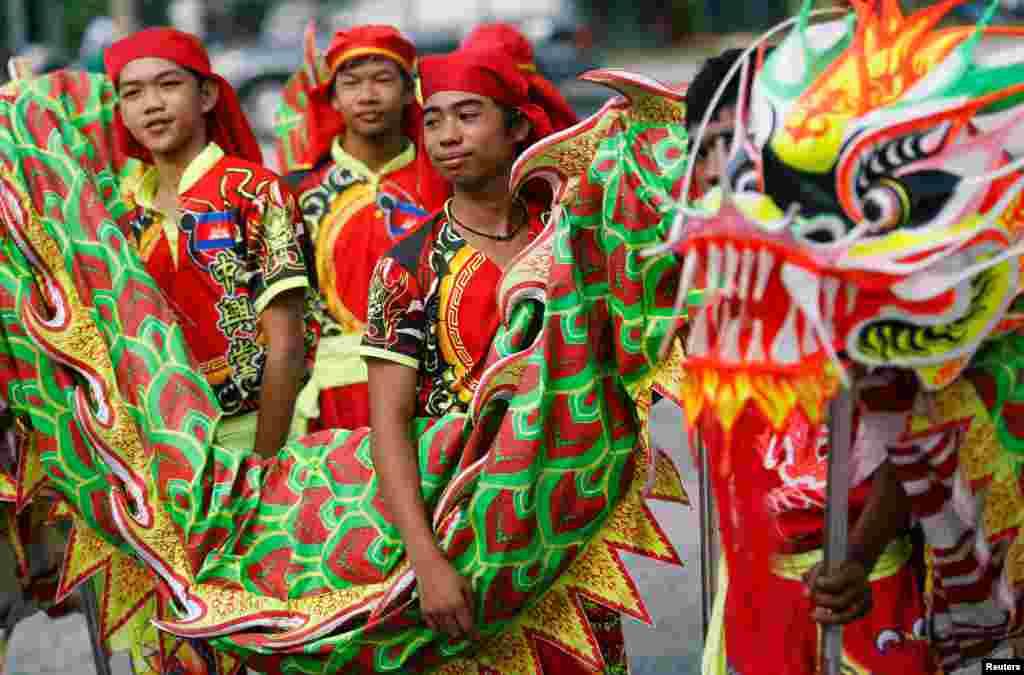 2018年2月12日,柬埔寨金边,传统农历新年前,男子舞龙。