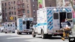 Kola hitne pomoći ispred bolnice Elmhurst u Kvinsu, u Njujorku