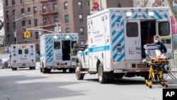 Beberapa ambulans tampak di luar Rumah Sakit Elmhurst di Queens, New York (4/4). New York adalah wilayah terparah Covid-19 di Amerika.