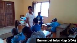 Une enseignante et ses élèves en classe dite spécialisée de l'école primaire bilingue inclusive du Cjarc, à Yaoundé, le 27 octobre 2017. (VOA/Emmanuel Jules Ntap)