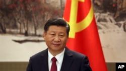 25일 시진핑 중국 국가주석이 인민대회당에서 기자회견을 열고 자신을 포함한 공산당 중앙위원회 정치국 상무위원 7명을 발표하고 있다.
