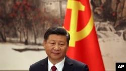Presiden China Xi Jinping, salah satu dari tujuh anggota Komite Politbiro yang baru terpilih, menghadiri jumpa pers di Balai Besar Rakyat China di Beijing, 25 Oktober 2017.